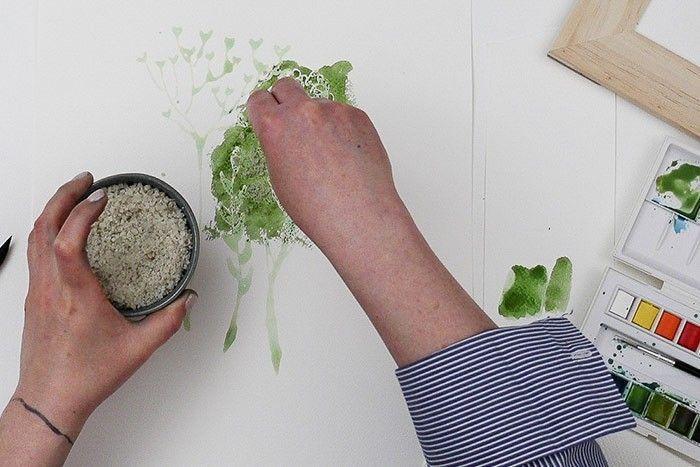 Etape 2/9 : Effet gros sel Peindre à l'aquarelle une forme aléatoire d'une couleur assez soutenue vert foncé + marron + ocre jaune. Saler tout de suite l'aquarelle et laisser sécher avec le gros sel.