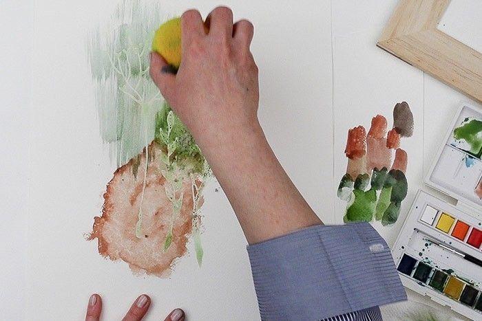 Etape 4/9 : Effet éponge Préparer sa couleur au pinceau dans la palette, vert foncé + ocre jaune, prendre cette couleur avec l'éponge humide, et poser cette couleur sur le papier en frottant l'éponge de haut en bas sans trop appuyer.
