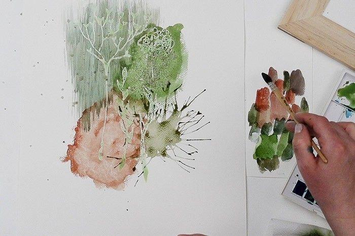 Etape 6/9 : Effet paille Poser sur le papier quelques gouttes d'aquarelle liquide vert + rouge + ocre jaune, souffler sur ces gouttes avec la paille des coups secs en variant les orientations.