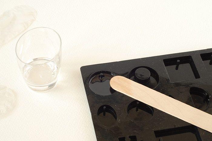 """Verser une petite partie du mélange dans le moule choisi pour obtenir une fine couche de 2 millimètres environ. Ôter les bulles éventuelles avec un cure-dent. Laisser sécher 4h à l'abri de la poussière pour garantir un minimum de prise. Garder le reste de résine à l'abri de la poussière également, il servira à compléter le moule. Conseil: pour une paire de boucles d""""oreilles préférez acheter 2 moules identiques pour préparer vos deux suspensions identiques en même temps car les formes géométriques du moule sont toutes différentes."""