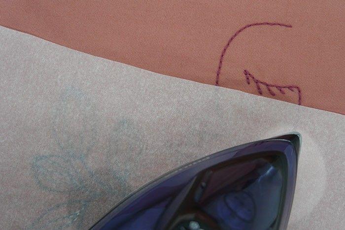 Etape 7/9 Retirez le tambour et repassez la peinture textile pour la fixer définitivement. Glissez un morceau de papier cuisson entre le sac et le fer à repasser pour éviter un contact direct avec les zones peintes.
