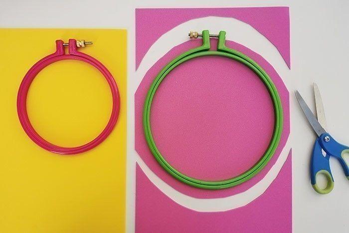 ETAPE 1/11 Positionner les tambours à broder sur le papier mousse et découper en laissant une marge tout autour. Défaire les vis de réglage pour séparer le cercle extérieur du cercle intérieur.