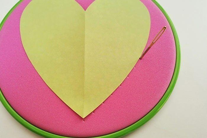 ETAPE 4/11 Télécharger, imprimer et découper le cœur du gabarit. A l'aide de l'aiguille, piquer des trous réguliers tout autour du cœur.