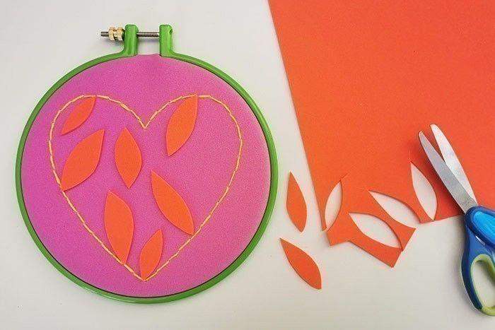 ETAPE 8/11 Dans un papier mousse d'une couleur différente, découper des formes graphiques comme des pétales et les coller à l'intérieur du cœur pour le décorer.