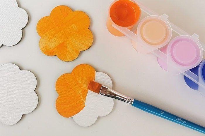 ETAPE 1/7 Peindre les 4 mini toiles en orange. Laisser sécher. Conseil : Si vous n'avez pas cette couleur de peinture, vous pouvez mélanger du jaune et un peu de rouge ou de rose pour obtenir un orange. Vous pouvez accélérer le séchage de la peinture avec un sèche-cheveux.