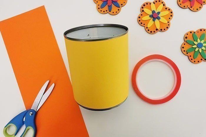 ETAPE 4/7 Mesurer la hauteur de votre boîte de conserve et découper une bande de cette hauteur x 30 cm. La coller à l'extérieur du pot et en découper une autre d'une autre couleur pour décorer l'intérieur du pot. Conseil : les mini toiles étant magnétiques, vous pouvez aussi choisir de ne pas décorer l'extérieur du pot d'un papier et laisser la surface métallique pour que les fleurs s'aimantent sur le pot et puissent être utilisées autrement : sur un frigo, une plaque métallique etc …