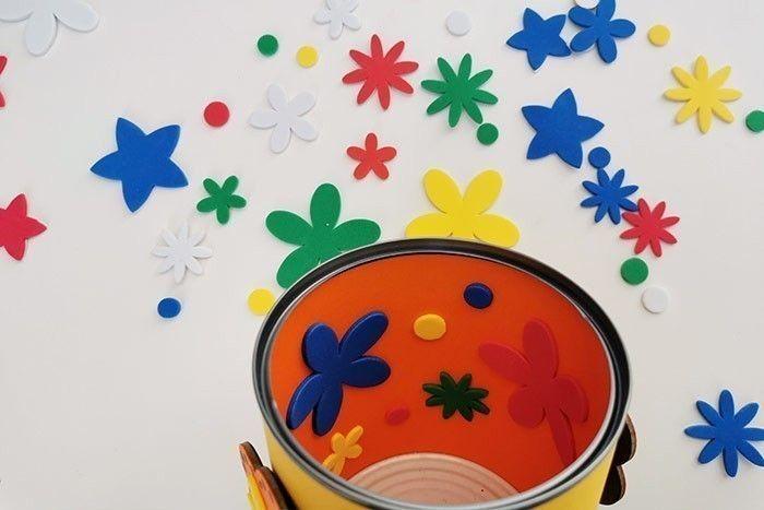 ETAPE 6/7 Décorer l'intérieur du pot avec d'autres stickers fleurs.