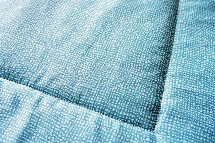 Etape 12 :  Pour maintenir le molleton, réalisez une surpiqûre au point droit tout autour du carré central, en augmentant la longueur du point de couture, cela donnera par la même occasion une allure matelassée au tapis d'éveil, qui est terminé.