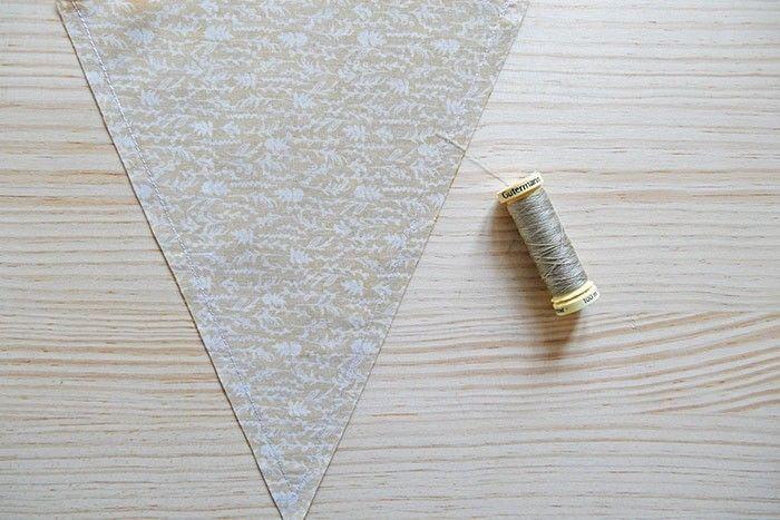Etape 3/9 - Piquez au point droit les côtés du triangle vers la pointe, à 1 cm du bord du tissu.