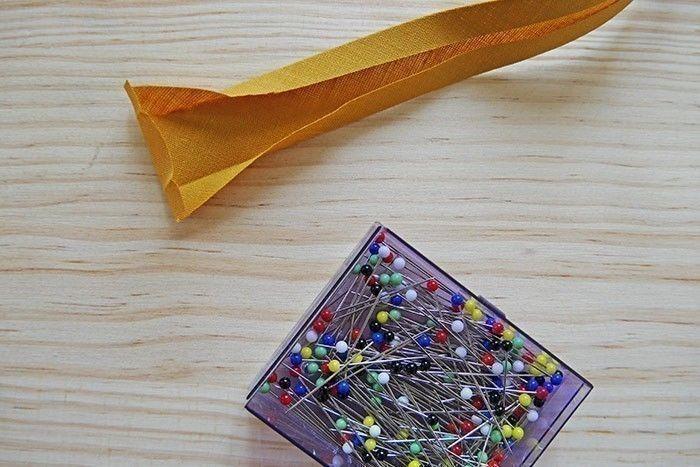 Etape 7/9 - A chaque extrémité du biais, repliez 0,5 cm vers l'intérieur pour éviter qu'il s'effiloche.