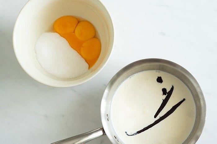 Etape 1 : Dans une casserole, faites chauffer 100 ml de lait et 100 ml de crème avec une gousse de vanille grattée et coupée. Pendant ce temps, fouettez 3 jaunes d'oeufs et 70 g de sucre dans un saladier