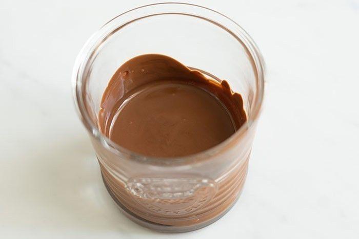 Etape 7 : Pour le glaçage, faites fondre 200 g de chocolat au lait ou le chocolat de votre choix, Conseil : veillez à ne pas trop chauffer celui- ci