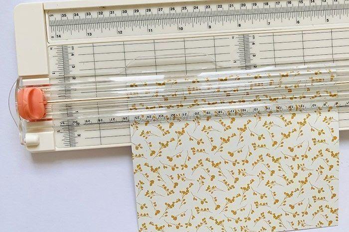 Etape 4 : Coupez un morceau de papier à motifs à la dimension du fond de votre cadre à l'aide du massicot (ici 13 x 18 cm)