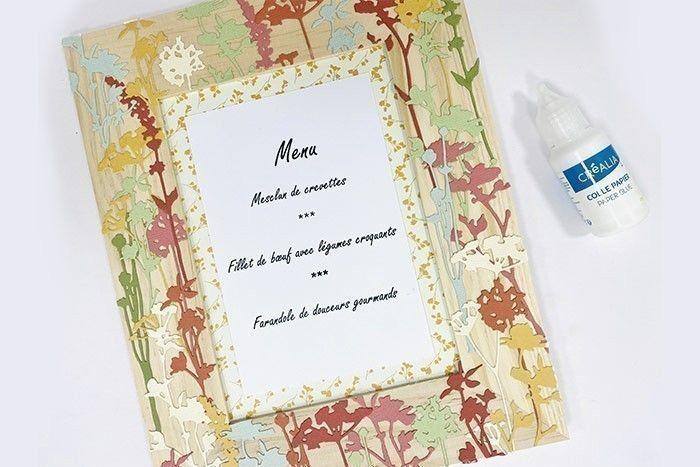 Etape 6 : Collez le menu sur le papier à motifs à l'aide de colle.