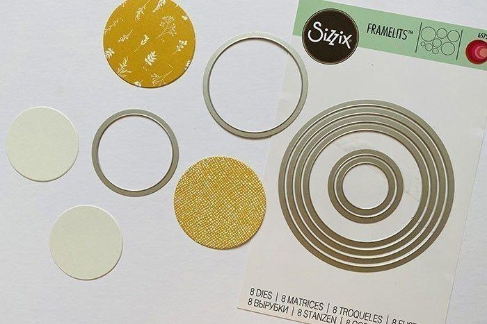 Etape 1 : Découpez le 3ème cercle de l'intérieur sur un papier cartonné crème et le 4ème cercle sur le papier à motifs de votre choix.
