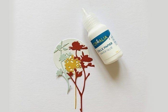 Etape 3 : Disposez et collez les fleurs sauvages sur les petits cercles prédécoupés couleur crème.
