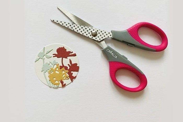 Etape 4 : Coupez l'excédent à l'aide de ciseaux.