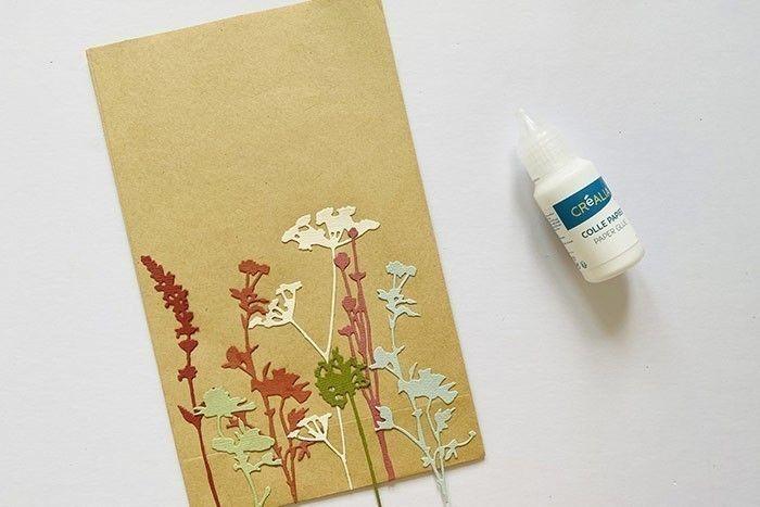 Etape 2 : Superposez et collez les fleurs sauvages le long du bas du sachet kraft.