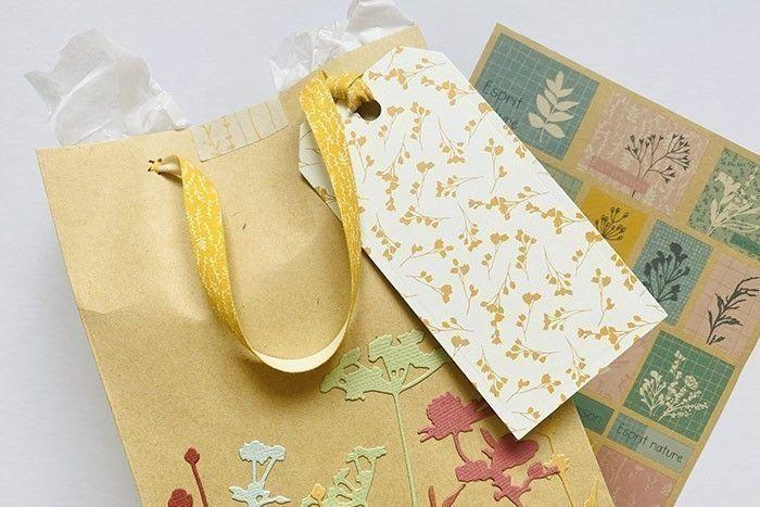 Etape 8 : Remplissez le sac de papier de soie, insérez votre surprise et fermez le sac avec un sticker décoratif.