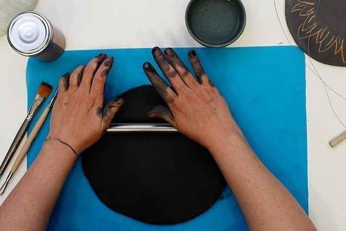 Etape 2 : Réalisation de la plaque lisse : aplatissez la boule sur la planche en bois avec la main au préalable puis avec le rouleau. Passez le rouleau de façon uniforme pour obtenir une galette d'une épaisseur homogène d'environ 0,5 cm. A l'aide de la lame, coupez 4 côtés bien droit pour former un rectangle.