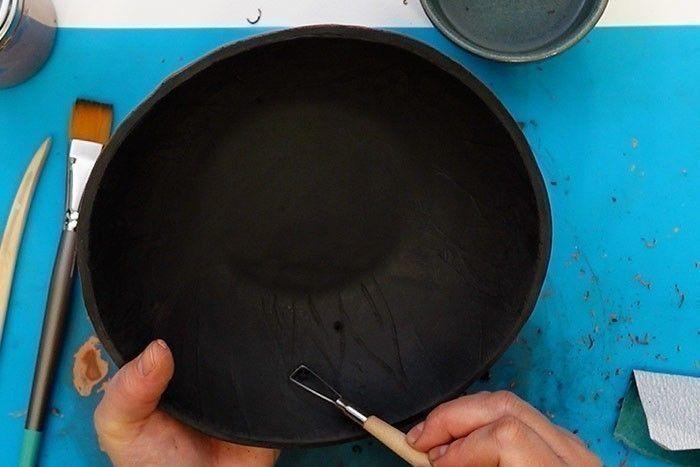 Etape 7 : Personnalisation de la plaque : positionnez les lettres sur la réglette, en miroir, pour former le message personnel. Positionnez la réglette sur la plaque en s'assurant d'être droit et centré, puis appuyez pour incruster les lettres de manière uniforme. Retirez la réglette délicatement. Conseil : Laissez sécher la plaque naturellement durant 2 jours au minimum avec un film alimentaire juste posé dessus pour un séchage sans fissure.