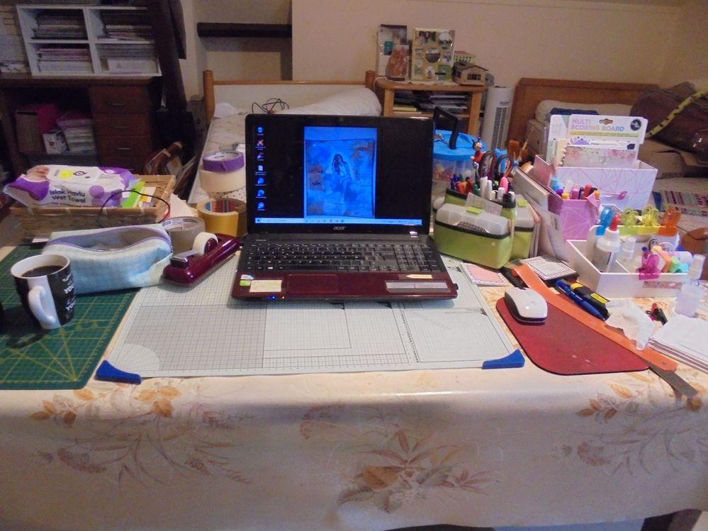 ma table de travail  au pied  du lit