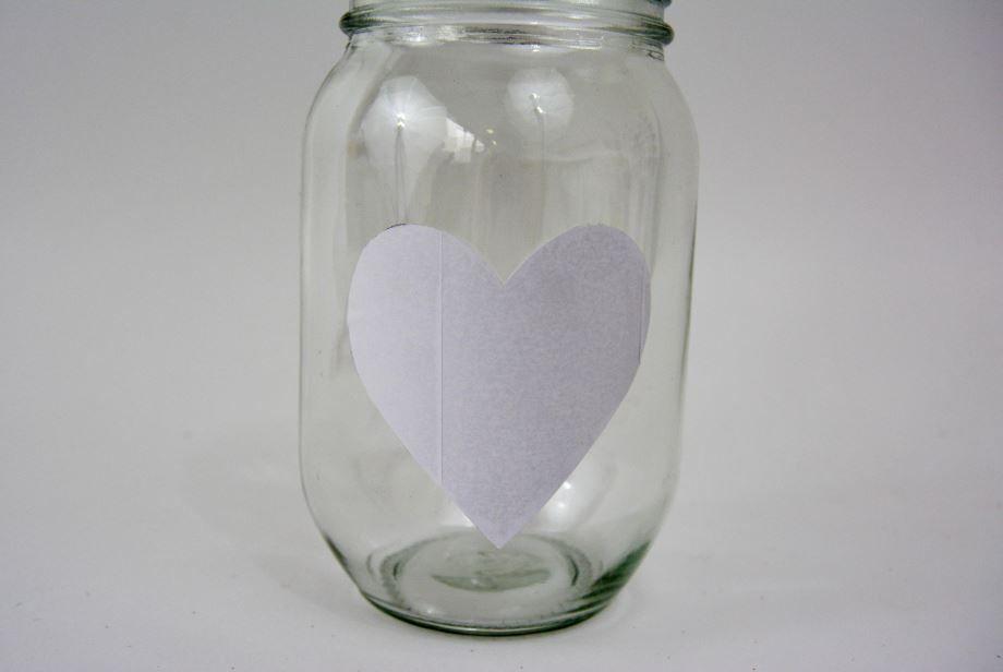 Le bocal en verre  : Découper un cœur dans un papier autocollant. Le centre sur le bocal.