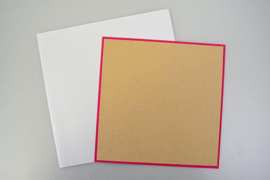 Découpe : Découper un carré de 14,5cm dans le papier « fuchsia » et de 14cm dans le papier « kraft ». Les superposer et coller sur la face de la carte double.