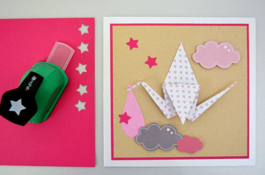 Finitions : Perforer des étoiles dans le papier « fuchsia » et coller les différents éléments sur la carte à l'aide du double-face et des carrés de mousse 3D pour donner du relief aux nuages.
