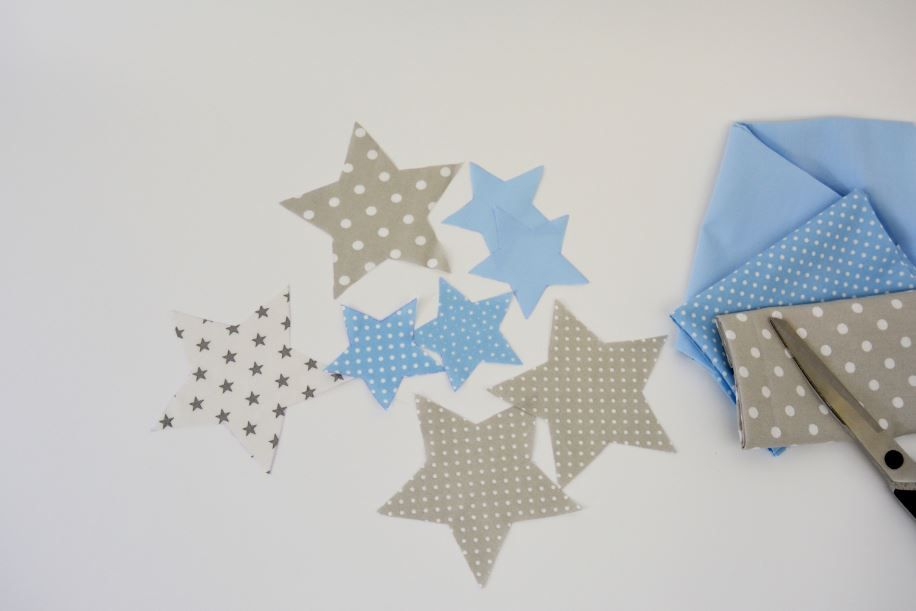 Préparation des étoiles : Télécharger le gabarit des étoiles en  bas de l'article. Tracer et découper les pièces dans les tissus et dimensions de votre choix.