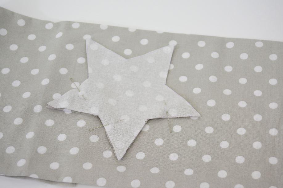 Couture : Assembler 2 étoiles endroit contre endroit en laissant une ouverture pour y glisser le rembourrage et le lien.