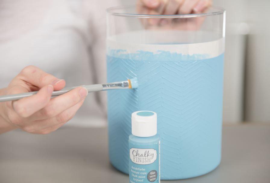 3. Peindre l'extérieur du photophore y compris les motifs tracés au cerne Vitrea 160 avec la peinture Chalky coloris turquoise (deux couches de peinture seront nécessaires). Retirer le ruban de masquage.
