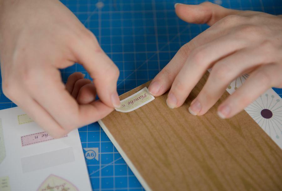 3. Coller un sticker « étiquette » sur la face avant du carnet.