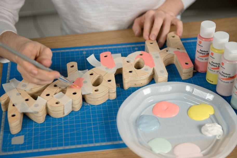 2. Positionner du ruban de masquage pour délimiter les premières zones à peindre. Peindre dans le coloris souhaité. Retirer le ruban de masquage. Laisser sécher.