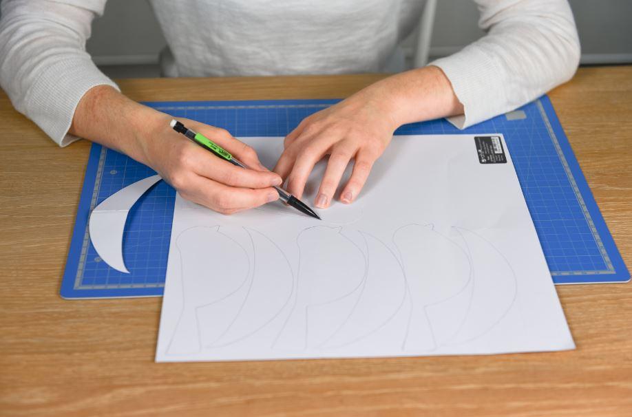 1. Reporter et découper les gabarits « oiseaux et ailes » sur des papiers de couleur unie.
