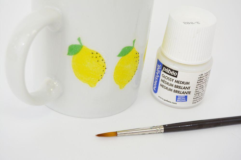4. Enduire chaque motif d'une couche de Medium porcelaine. Laisser sécher 24h. Cuire au four 30 minutes à 160°C pour fixer le collage et laver la tasse sans l'abîmer.