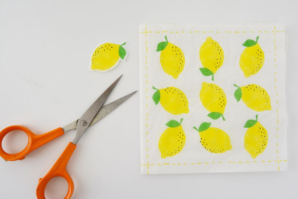 1. Découper les motifs souhaités dans la serviette en papier.