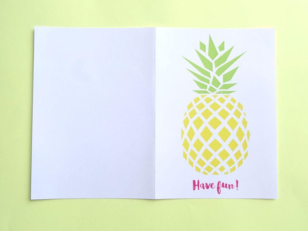 1) Impression : Télécharger le fichier gabarit Carte Ananas, imprimer sur la carte blanche.