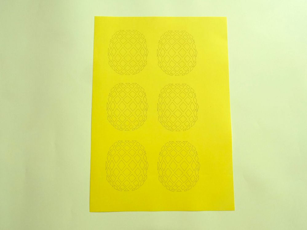 Télécharger le fichier gabarit  Ananas, imprimer sur le papier jaune soleil.