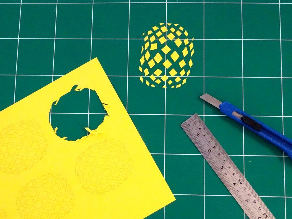 2) Découpe :  Découper les éléments imprimés sur le papier A4 jaune soleil.