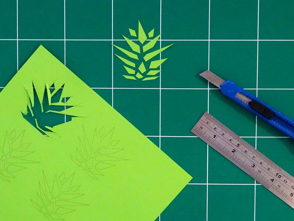 Découper les éléments imprimés sur le papier A4 vert menthe.