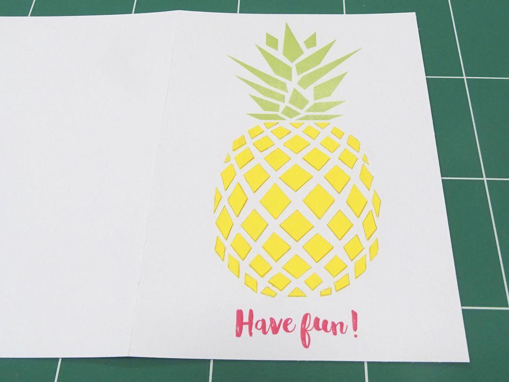 3) Collage Coller les éléments «jaune soleil» sur la carte en les superposant sur l'impression.