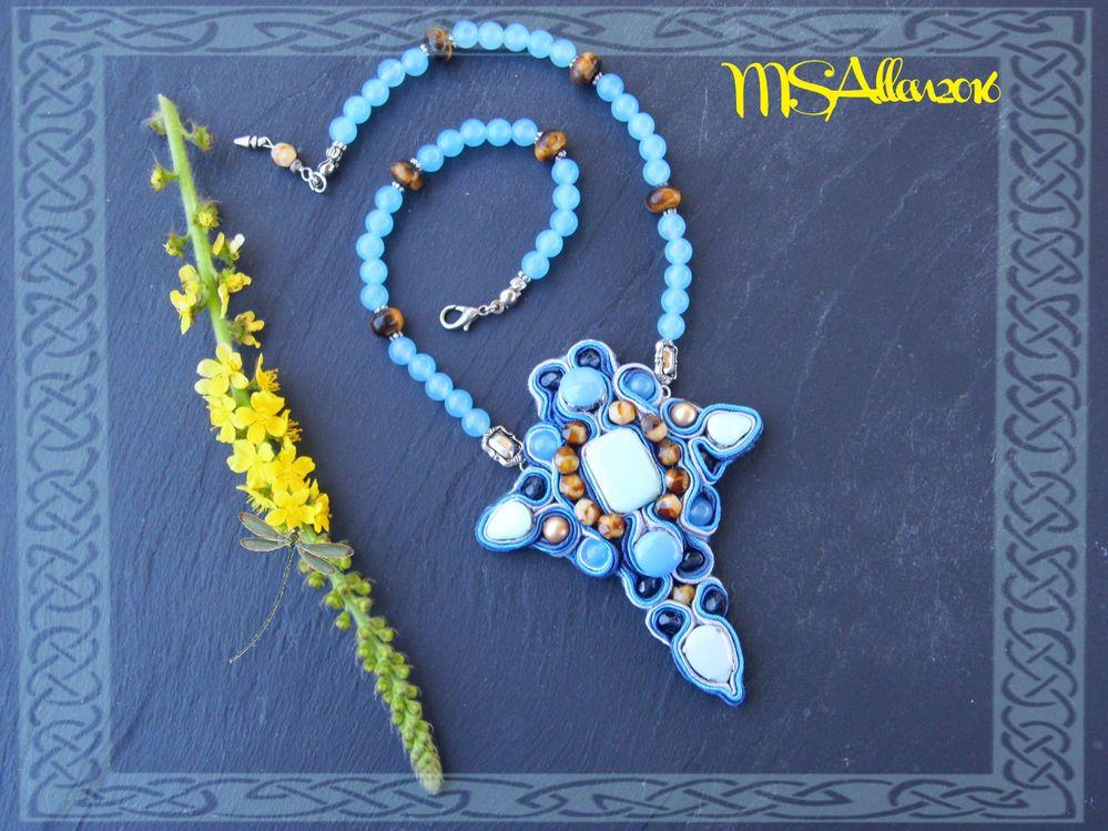 """Collier  en agates bleues et oeil de tigre avec """"croix"""" en soutache. (inspiration: Paola Griffo)"""