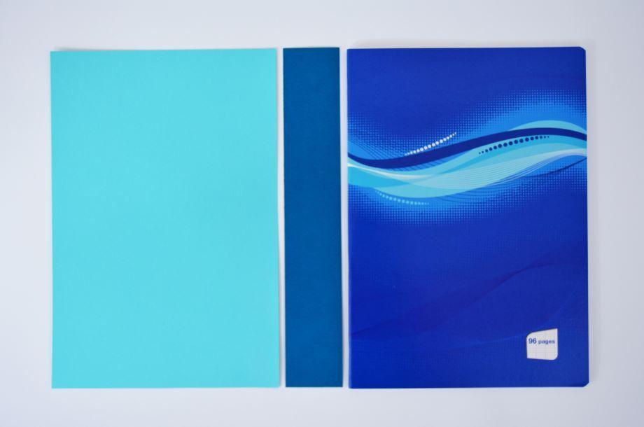 1. Découper dans les papiers unis 2 rectangles de 20 x 29,7cm et une bande de 5 x 29,7cm.