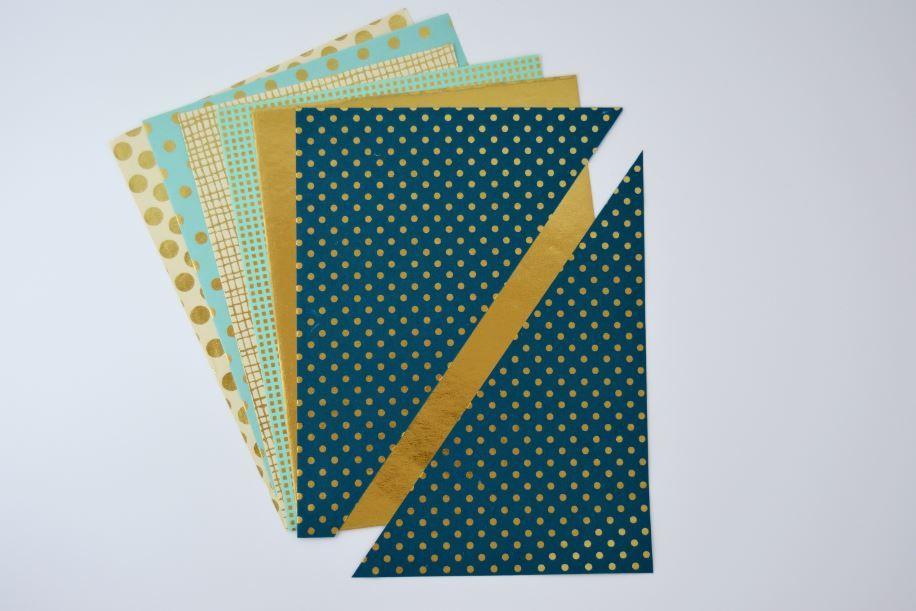 3. Découper un triangle droit dans le papier « Or de Bombay » en suivant le même angle que l'étape 2.