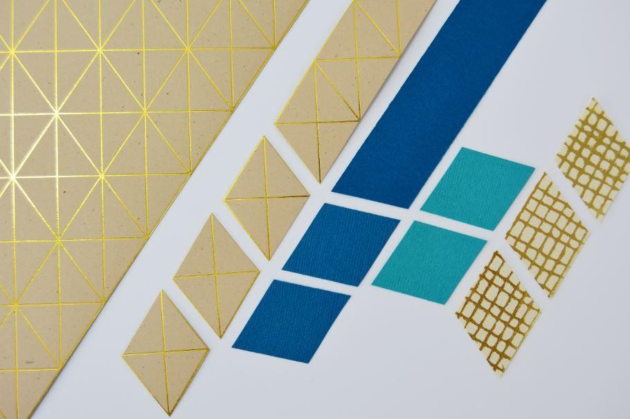 4. Découper des losanges en suivant les lignes dorées du papier kraft. Découper des bandes de 3cm dans les papiers bleus et « Or de Bombay ». Se servir des losanges kraft pour découper des losanges dans d'autres coloris.