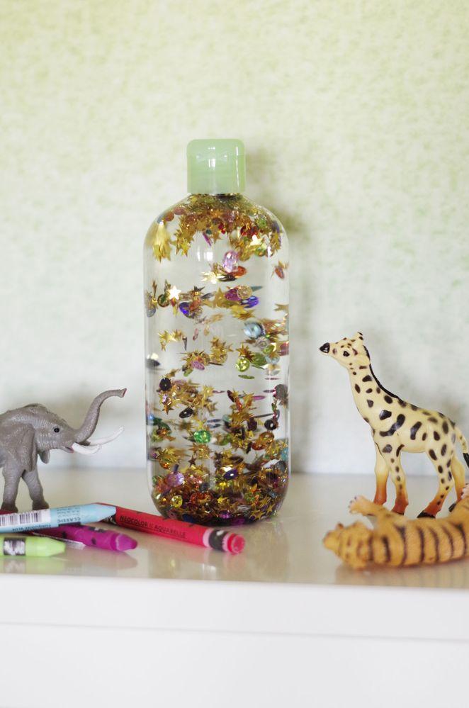 Secouer la bouteille et laisser les paillettes tourbillonner et retomber doucement.