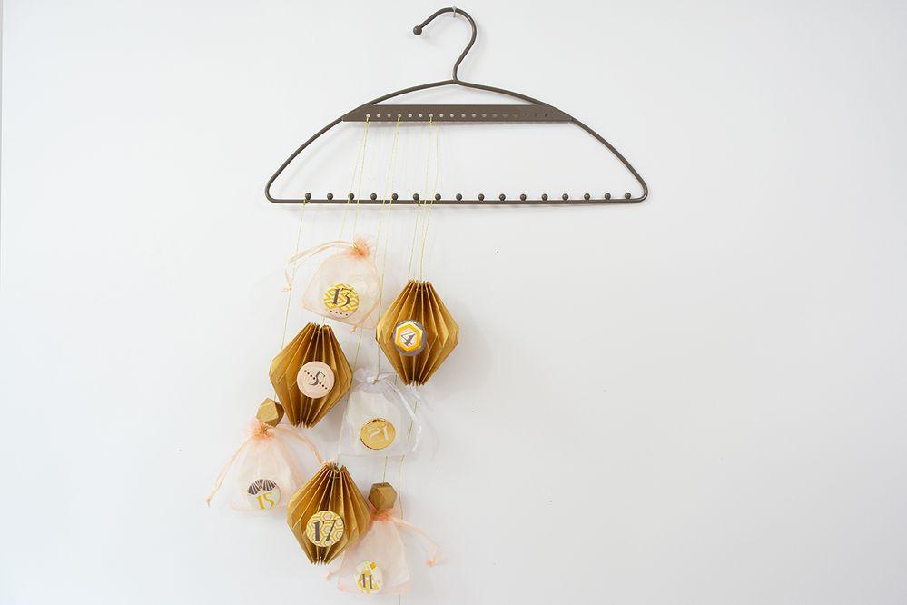 Insérer quelques perles en bois sur les suspensions et les disposer harmonieusement sur le cintre pour former une cascade de surprises.
