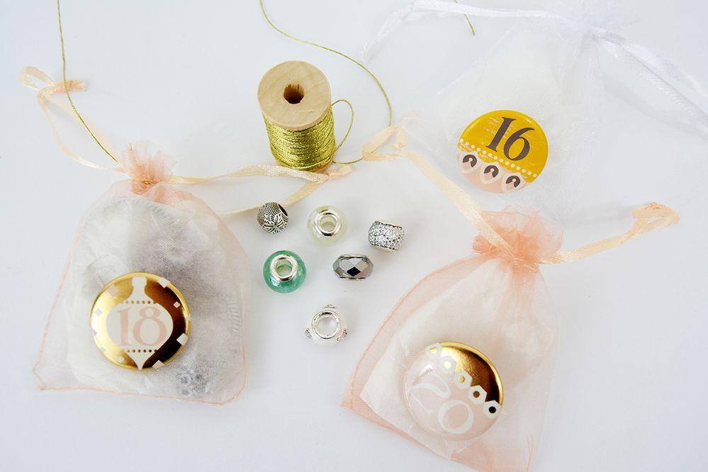5. Pour créer des suspensions, couper différentes longueurs de ficelle dorée et les fixer aux sachets organza.