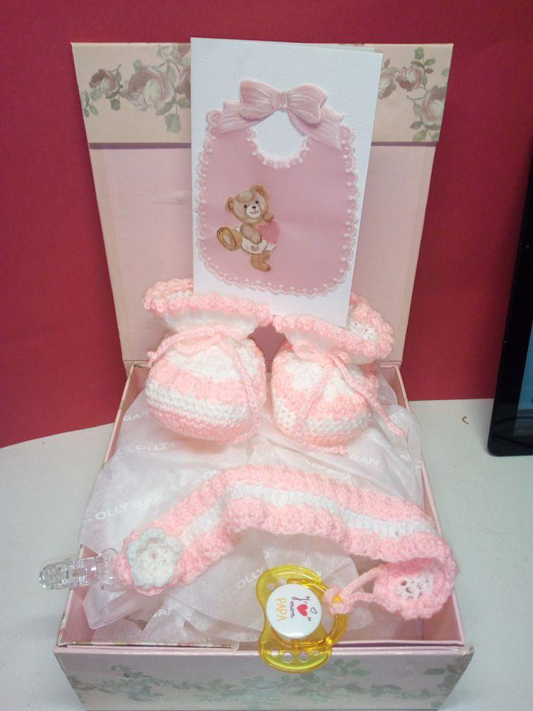 Coffret bébé fille  paire de chaussons, attache tétine et carte en pergamano